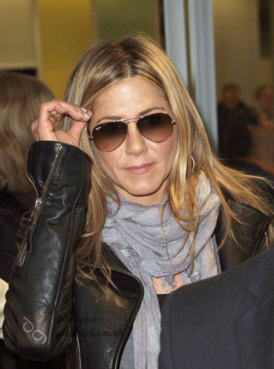 Jennifer Aniston in her aviators