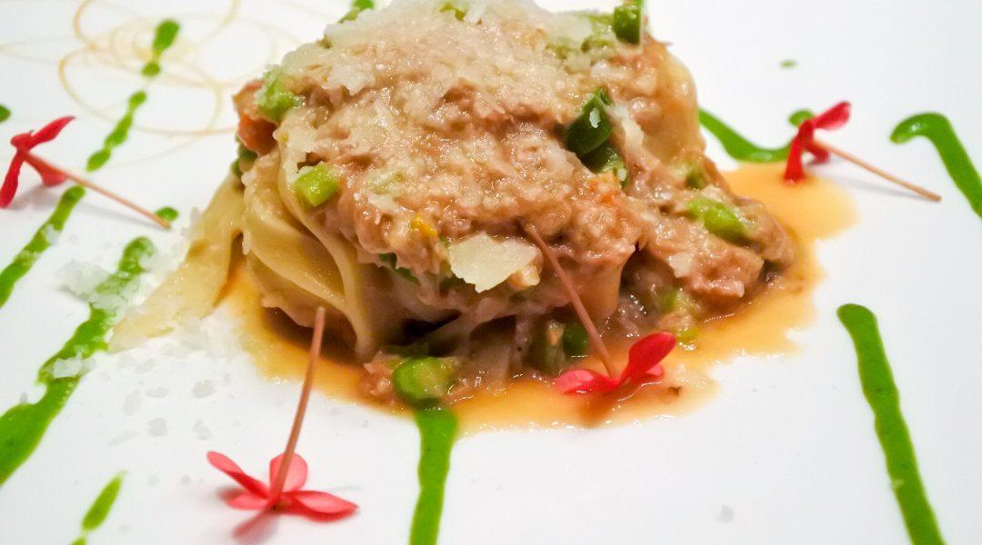 Tagliolini con ragu bianco di pollo e asparagi
